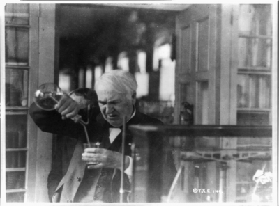 Thomas_Edison,_experimenting_in_his_laboratory